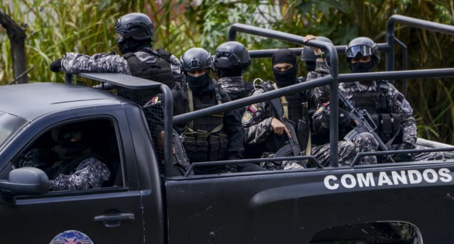 Camioneta negra con oficiales del Sebin