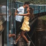 Pareja se toma foto colgando de tren.