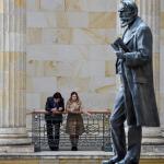 Hombre y mujer frente a estatua de Rafael Núñez