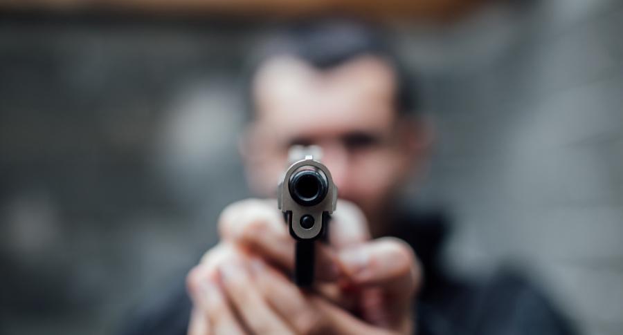 Hombre apuntando con arma de fuego