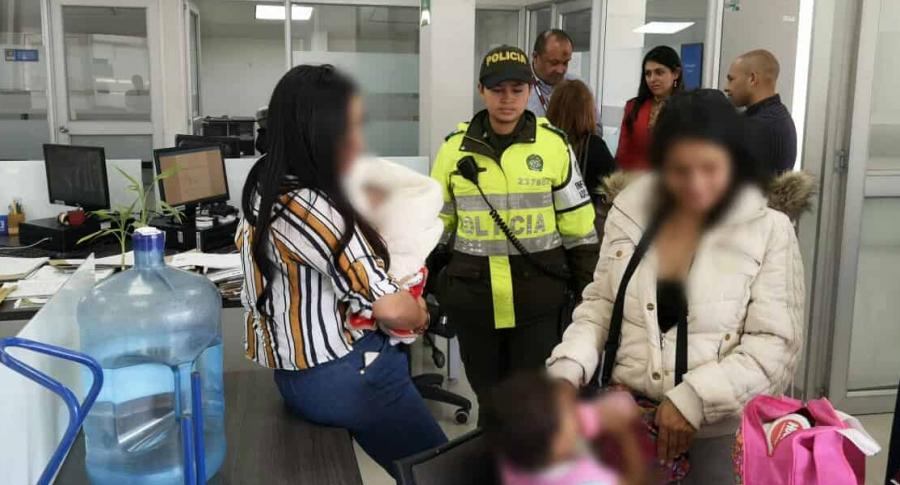 Momento en que la Policía indaga a la joven desaparecida con sus hijos