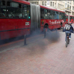 Bus de Transmilenio contaminante