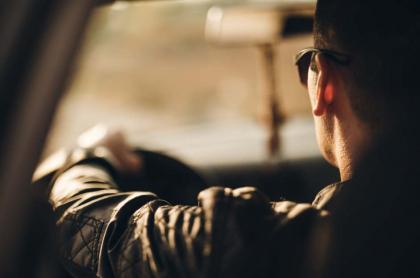 Conductor en un carro.