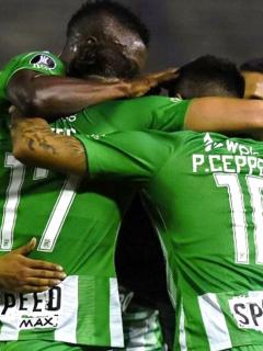 [Video] Pillan a árbitro entregándole extraño objeto a jugador de Nacional