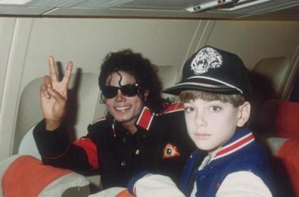 Michael Jackson con James Safechuck, cuando tenía 10 años, en un su avión privado en un viaje hacia Hawaii el 11 de julio de 1988.