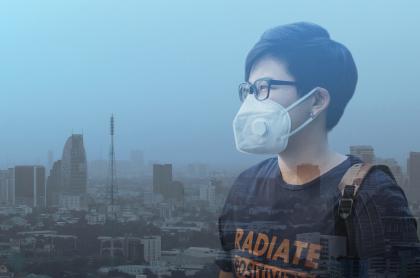 Un hombre con tapabocas en una ciudad contaminada