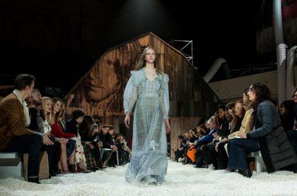 Modelo Natalie Ogg en desfile de Calvin Klein
