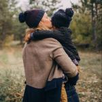 Niña junto a su madre