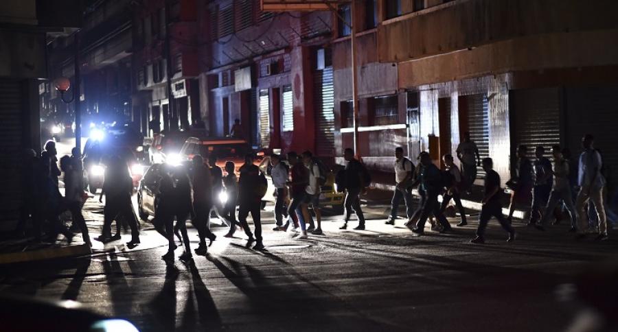 Gente caminando en la oscuridad