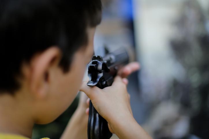 Niño sostiene pistola