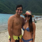 Alejandro Palacio, presentador y cantante, junto a su esposa Dina Arias.