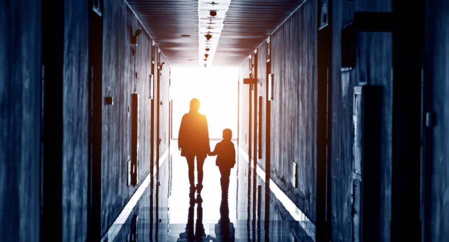 Madre camina con su hijo.