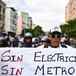 Venezolano protesta por el apagón