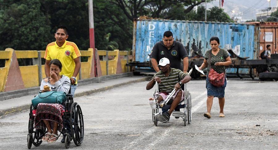 Personas en sillas de ruedas cruzan el puente internacional Simón Bolívar