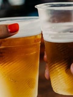 ¡Celebrar sí, pero no así! Compartir cerveza con menores de edad puede traer problemas