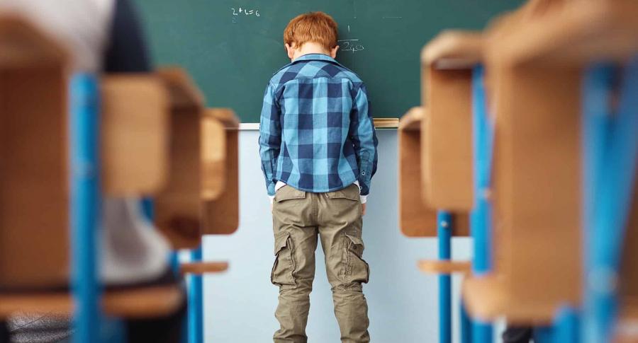 Niño castigado en colegio