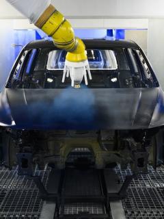 Robots pintan carro