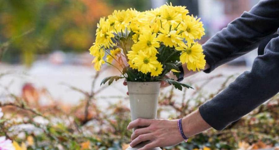 Llevan flores a muerto.