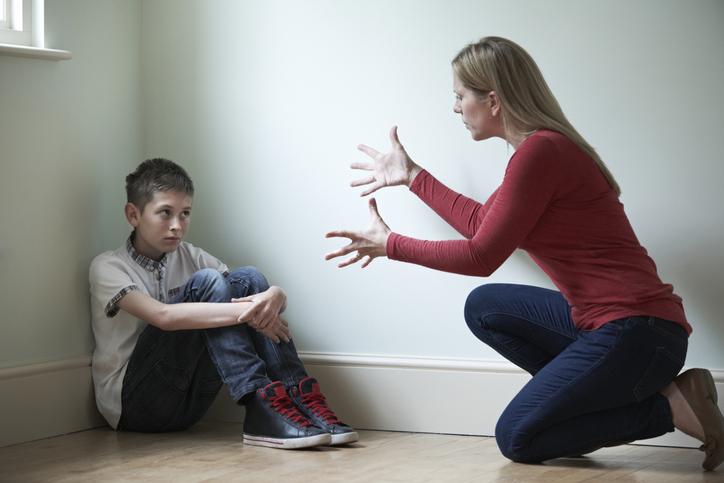 Mujer regaña a niño