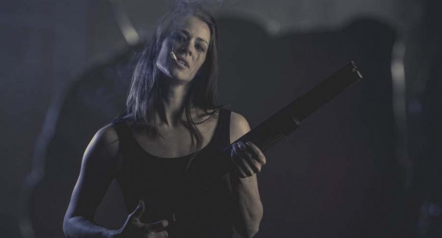 Mujer con una escopeta.
