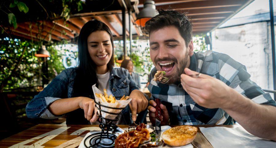 Pareja compartiendo un plato en un restaurante
