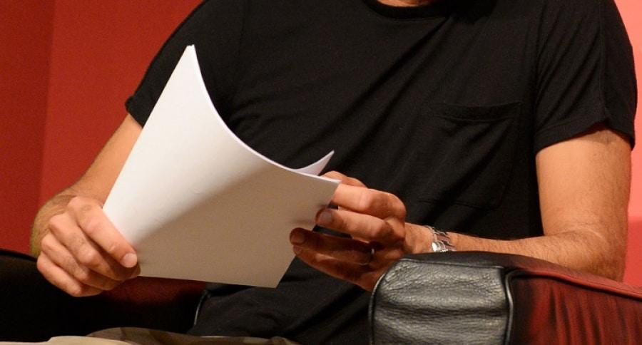 Hombre con hojas de papel