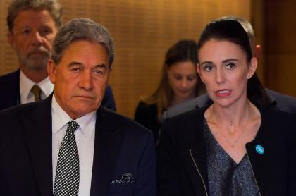 Primera ministra de Nueva Zelanda, Jacinda Ardern (der.) y su viceprimer ministro, Winston Peters