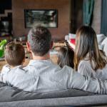 Familia mirando TV