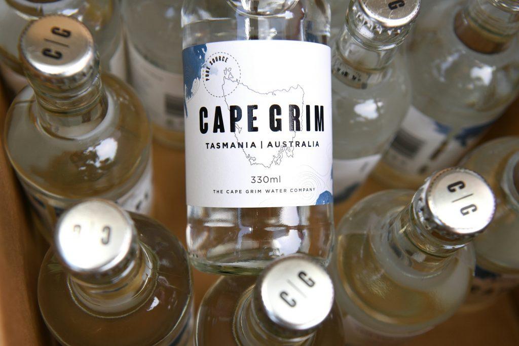 """Botellas de agua """"cultivada"""" en Cabo Grim."""