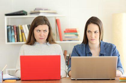 Dos estudiantes se miran con odio mutuamente