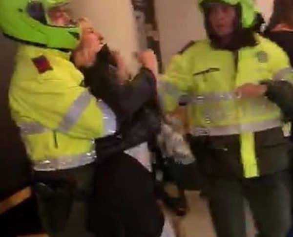Momento en que policías retienen a mujer