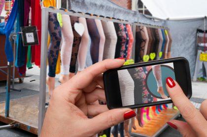 Una mujer hace compras desde su teléfono móvil