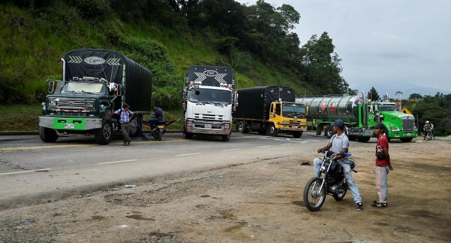 Camiones detenidos por protesta indígena.