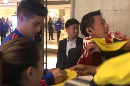 James Rodríguez firmando autógrafos a japoneses