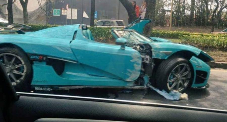 Carro destrozado.