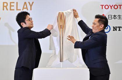 El diseñador Tokujin Yoshioka (izq.) y el embajador de la antorcha, Tadahiro Nomura.