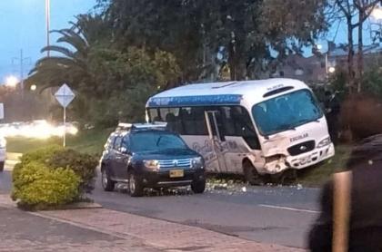 Choque entre ruta escolar y carro particular
