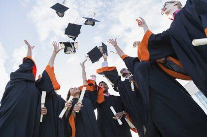 Personas graduándose
