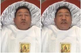 Hombre promociona funeraria.