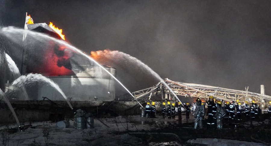 Bomberos trabajan en el incendio de Jiangsu