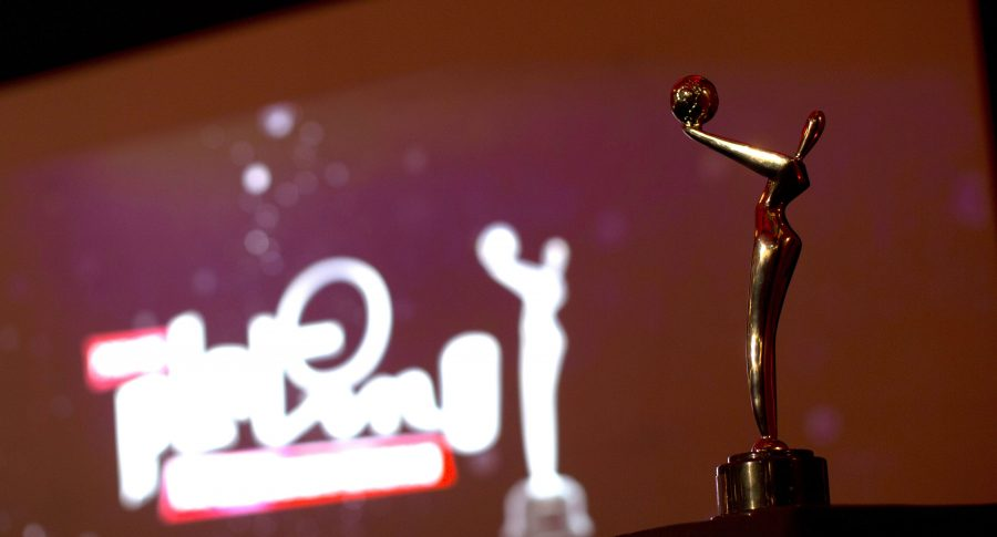 Vista de una estatuilla de los Premios Platino