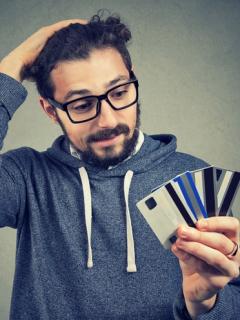 Persona con tarjetas de crédito
