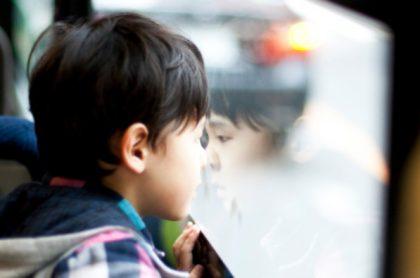 Niño en un bus