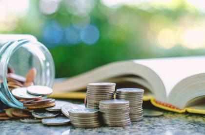 libro y monedas