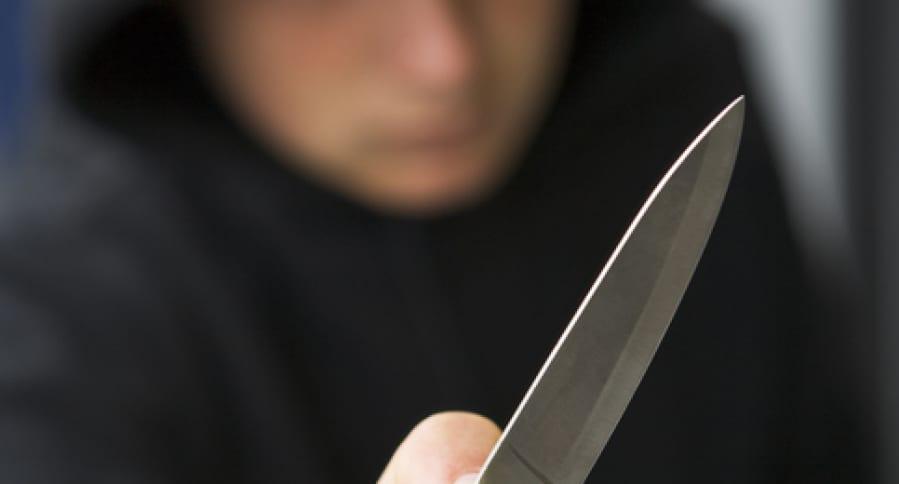 Niño sostiene cuchillo