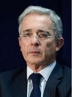 Las 2 respuestas (diferentes) que dio Álvaro Uribe cuando le preguntaron por Santos