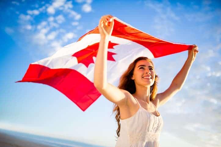 Mujer con la bandera de Canadá