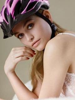 Mujer en ropa interior y caso de ciclismo
