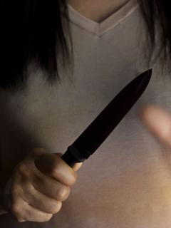Mujer sosteniendo cuchillo