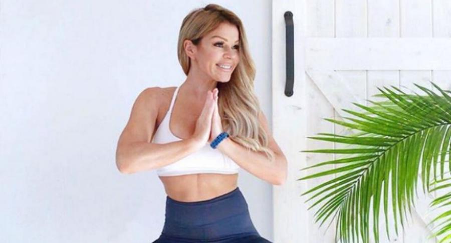 Mujer practica yoga.